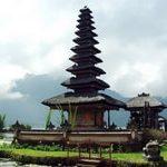 Храм Улун Дану на озере Братан и водопад