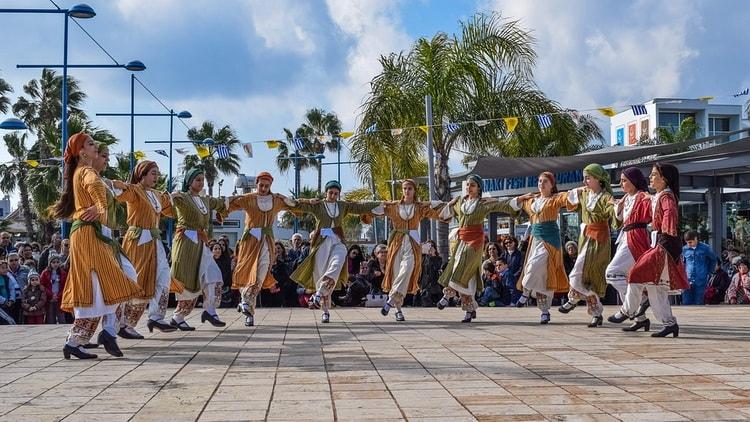 Праздники, гуляния и театральные выступления на Кипре